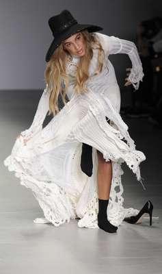 Uma modelo se atrapalhou com os recortes da barra do vestido e tropeçou durante o desfile da grife Sibling na semana de moda de Londres, na manhã deste sábado (15)