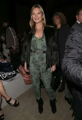 A top Kate Moss chamou a atenção no desfile da grife Topshop Unique, neste domingo (16), durante a semana de moda de Londres
