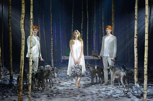 A top inglesa Cara Delevingne lançou, neste domingo (16),sua própria coleção de bolsas na semana de moda de Londres