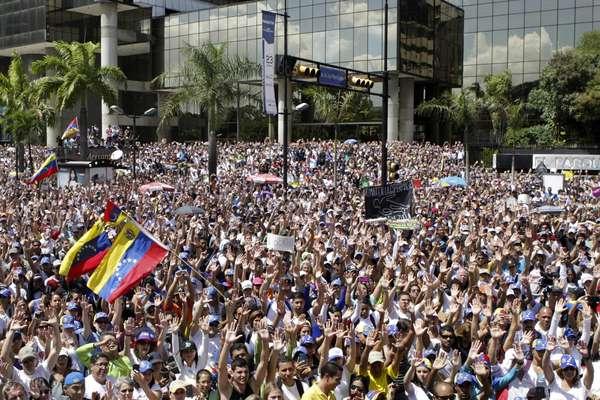 """16 de fevereiro - Governo venezuelano afirma que as manifestações são parte de um """"golpe de estado fascista em marcha"""" e acusa grupos de ultradireita"""