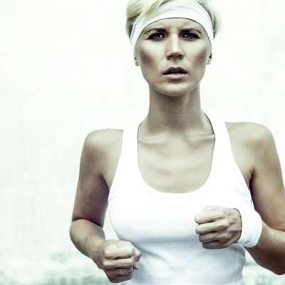 Postura:incline-se ligeiramente para frente, para ajudar o corpo a ficar estabilizado na corrida. Os ombros não devem ficar caídos e o peito precisa ficar aberto. Assim, fica mais fácil abrir os pulmões, facilitar a respiração e criar uma boa base para corrida.