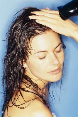 Uso do secador: uma das piores coisas para o cabelo é o excesso de preparativos dos fios com superaquecimento, afirmou Randi Peterson. Usar o secador em temperatura média é mais indicado. Gonzalez ainda lembrou a importância do uso de protetores térmicos, principalmente quando a pessoa combina secador quente com escova de metal