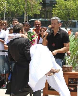 Otaviano Costa chamou a atenção de pessoas que passavam pela Barra da Tijuca, zona oeste do Rio de Janeiro, durante uma gravação nesta quinta-feira (20)