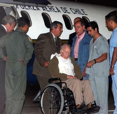 Médicos acompanham Paul Schaefer, detido em Buenos Aires em 2005. Ele foi considerado culpado do desaparecimento de um dissidente durante a ditadura do general Augusto Pinochet.