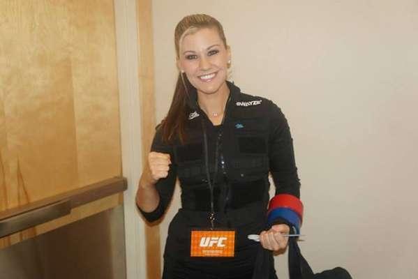 """Swayze Valentine foi a primeira mulher a trabalhar como cutman no UFC. Ela estreou em Las Vegas como profissional encarregada de prevenir e tratar os ferimentos dos atletas, mas também causou repercussão depois que o UFC divulgou sua foto no Instagram, chamando-a de """"Rainha dos cortes"""""""
