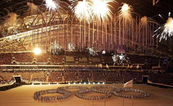 """O encerramento dos Jogos Olímpicos de Inverno de 2014, disputados em Sochi (Rússia), foi marcado pela beleza das apresentações e por uma brincadeira feita pelo """"frio"""", como é popularmente conhecido, povo russo. Veja fotos do evento no Estádio Olímpico de Fisht:"""