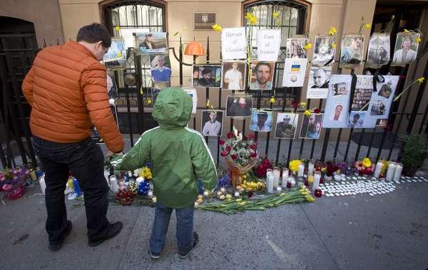 23 de fevereiro - Ucranianos transformaram ruas de Kiev em santuários improvisados;dezenas de pessoas foram mortas pela polícia, que usou atiradores de elite e metralhadoras Kalashnikov para conter os protestos