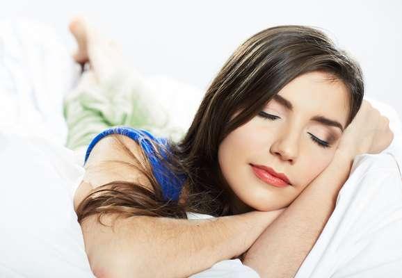 Hábito de dormir com a pele maquiada pode comprometer a saúde do tecido cutâneo e favorecer o seu envelhecimento precoce