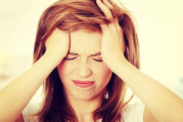 Considerada um dos tipos mais comuns de dores de cabeça, a enxaqueca tem a sua frequência e intensidade elevadas devido a fatores típicos da estação, como o intenso calor, a alta luminosidade e a alimentação desregrada