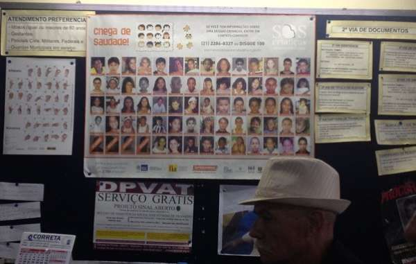 Na Delegacia de Campo Grande um mural mostra o rosto dos desaparecidos