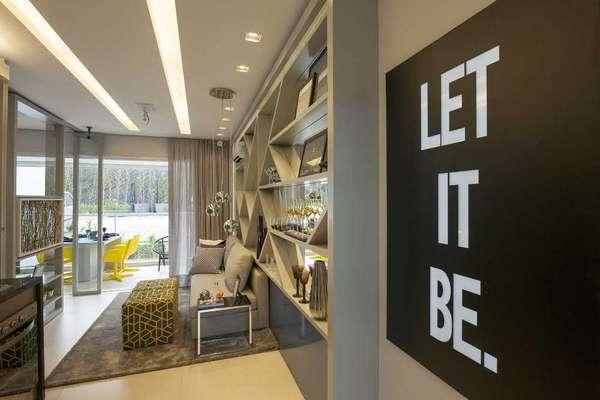 Na sala concebida pela designer de interiores Cristina Barbara, o nome da música dos Beatles algo como deixe estar fica logo na entrada. Assim, o morador pode deixar os problemas para trás ao entrar no cômodo. Informações: (11) 3842-8562