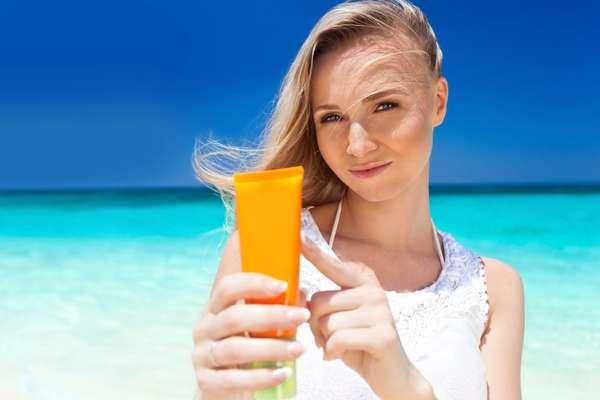 Bastante indicada pelos dermatologistas para proteger a pele da ação negativa dos raios ultravioleta, o protetor solar pode prejudicar a produção de vitamina D no corpo