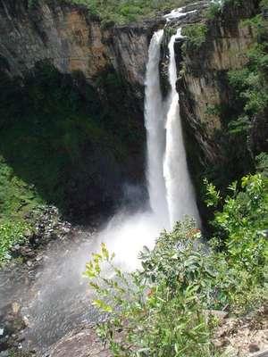 Salto do Rio Preto - Goiás. Composta por duas quedas dágua, a cachoeira Salto do Rio Preto é uma das mais belas da Chapada dos Veadeiros, na área da cidade de Alto Paraíso de Goiás. Sua primeira queda, com 120 metros, abriga um mirante, enquanto a outra forma uma bela piscina natural da região, perfeita para banhos