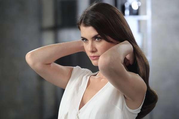Estrela da campanha da TRESemmé, a atriz Alinne Moraes mostra que a versatilidade que a vida deatriz, com mudanças constantes no visual, exige a aplicação de produto de reparação eficiente