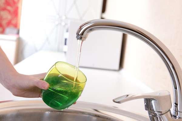 Para identificar vazamentos em canos abastecidos diretamente pela rede, basta fechar o registro e mergulhar a torneira em um copo cheio de água. Se a água for sugada, significa que há problemas