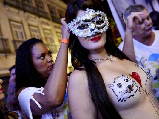 Com homenagem ao topless, a tradicional Banda da Rua do Mercado fez seu desfile nesta quinta-feira (27) no centro histórico do Rio de Janeiro. À frente do bloco, 12 musas desfilaram com os corpos pintados. O artista Darcilio começou os preparativos por volta das 14h.