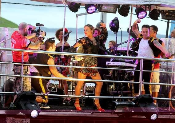 Claudia Leitte comanda a festa na entrada da noite no Barra Ondina neste sábado (1) em Salvador