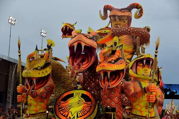 Com problema no carro abre-alas, a Tom Maior encerrou neste sábado (1º) o primeiro dia de desfiles em São Paulo. Em seu enredo, a escola homenageou o município paranaense de Foz do Iguaçu