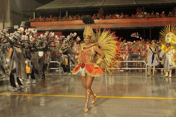 A atriz e apresentadora Adriana Lessa desfilou pela escola de samba Vai-Vai na madrugada deste sábado, em homenagem à cidade de Paulínia