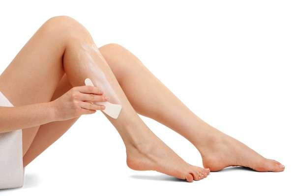 O ideal é fazer a descoloração 12 horas após o banho, pois o sabonete retira a oleosidade natural que protege a pele contra a química do produto, responsável pela irritação
