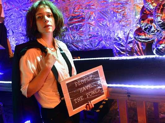 Com Leandra Leal, o bloco Rival Sem Rival saiu às ruas do Rio de Janeiro na noite desta sexta-feira. A atriz foi fantasiada da cantora e poetisa americana Patti Smith. Veja fotos do desfile do bloco: