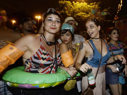 Nem mesmo a chuva que atingiu a capital paulista neste sábado desanimou os foliões do bloco Bastardos, na Vila Madalena