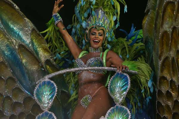 A modelo Ana Paula Ferrari participou como destaque do desfile da escola de samba Águia de Ouro neste domingo