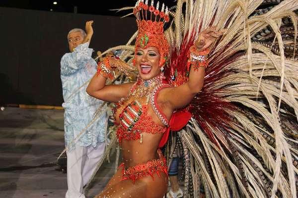 A modelo Cinthia Santos participou do desfile na madrugada deste domingo (2) pela Águias de Ouro