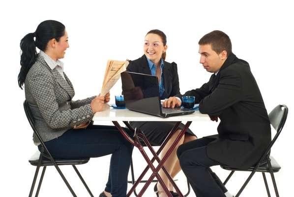 Ouça seus funcionários, conheça-os. Pense no objetivo de seu negócio. Analise o espaço e os recursos disponíveis. Só depois disso será possível definir que tipo de atividade vai tornar o ambiente mais produtivo