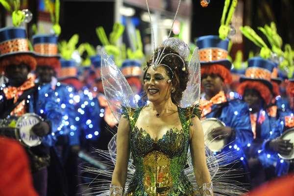 Com Christiane Torloni como Rainha da Bateria, a Grande Rio foi a segunda escola a entrar na Sapucaí na noite deste domingo. Veja fotos do desfile da agremiação: