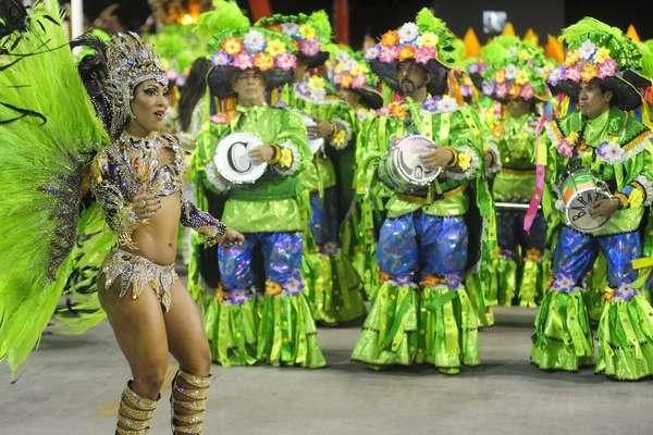 """A Império da Tijuca entrou na Sapucaí na noite deste domingo com o tema """"Batuk"""". A escola apresentou ao longo do desfile diferentes batucadas da história. Veja fotos da apresentação:"""