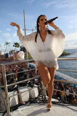 A poderosa Ivete Sangalo mais uma vez levou ao delírio a legião de fãs que a acompanhou nesta segunda-feira, no Circuito Barra-Ondina. Veja fotos da apresentação da cantora: