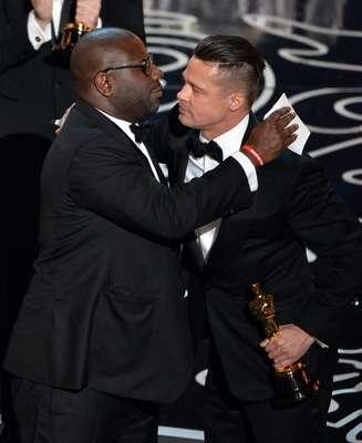 Brad Pitt e Steve McQueen celebram Oscar de Melhor Filme por '12 Anos de Escravidão'; cerimônia de entrega aconteceu no Dolby Theatre, em Los Angeles, na noite desse domingo (2)