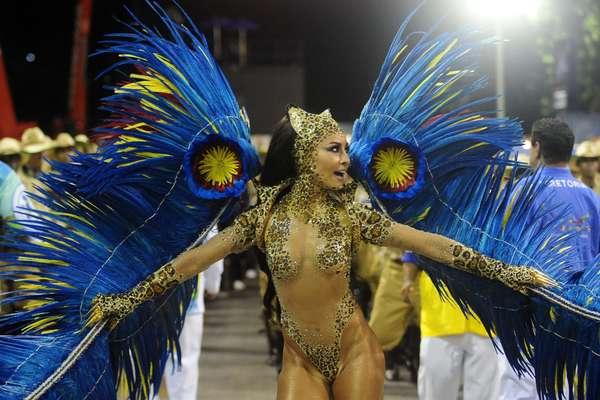 A Unidos de Vila Isabel foi a terceira escola a desfilar na madrugada desta segunda-feira (4). Com o enredo Retratos de Um Brasil Plural, a agremiação defendeu seu título de campeã do Carnaval de 2013 mostrando as riquezas nacionais