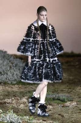 Alexander McQueen fechou o penúltimo dia da semana de moda de Paris, nesta terça-feira (04). O grande destaque da apresentação da grife foi a pele, que apareceu eu várias cores e em peças para inverno rigorosíssimo