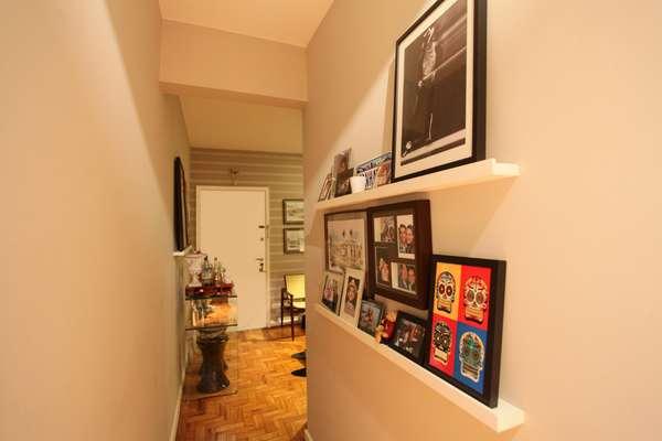 No apartamento projetado pelo arquiteto Lisandro Piloni, o corredor ganhou quadros de uma maneira diferente: em vez de furar a parede, as peças foram apoiadas em uma prateleira, ótima opção para imóveis alugados. Informações: (11) 2985-0803