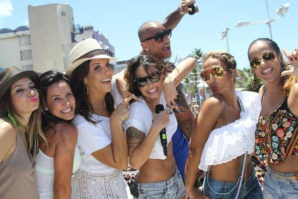 Ivete Sangalo animou os foliões nesta quarta-feira durante o Arrastão em Salvador. Ela contou com a participação de Valesca Popozuda, Alinne Rosa e Scheila Carvalho em seu trio elétrico