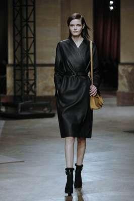 Minimalismo foi a palavra de ordem da coleção desfile pela Hemés nesta quarta-feira (05), último dia da semana de moda de Paris. Vestido transpassado, casaco de pele, conjunto de blusa e calça lisos e saia volumosa e rodada foram alguns dos destaques da apresentação