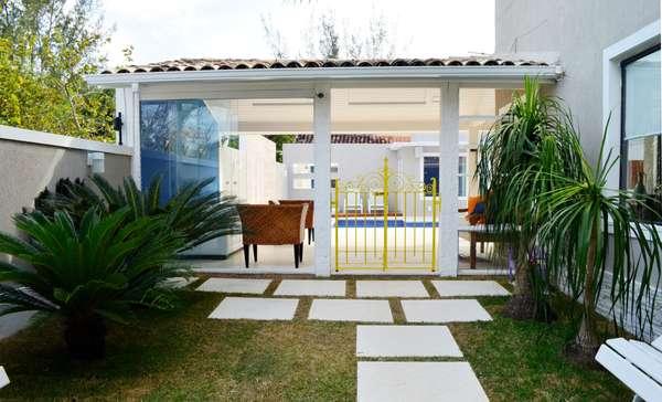 jardim ideias baratas: jardim foi refeito, e o antigo portãozinho que o separa da área de