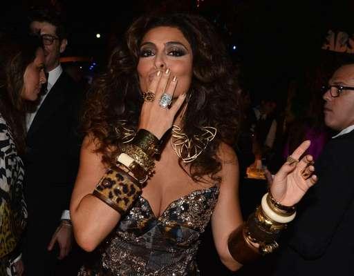 Juliana Paes apostou em esmalte dourado com glitter para curtir baile de Carnaval