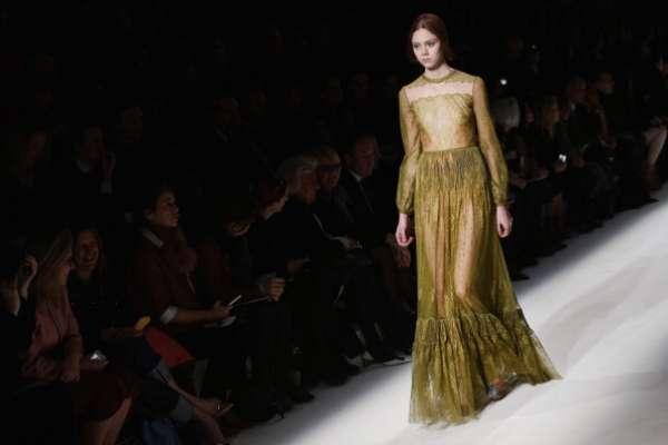 Valentino apostou na transparência dourada neste longo com barrado e manga comprida