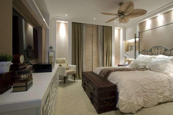 As arquitetas Andrea Teixeira e Fernanda Negrelli investiram em um estilo retrô para dar unidade decorativa a este quarto de casal. Informações: (11) 3045-1859