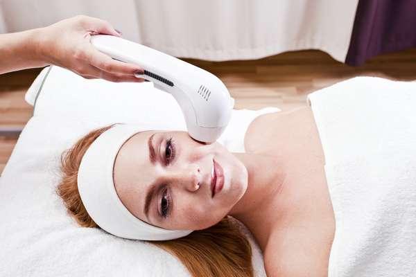 Tratamentos estéticos não invasivos recuperam o viço, a elasticidade e a firmeza da pele numa fase em que a beleza costuma sofrer bastante com a constante perda de colágeno