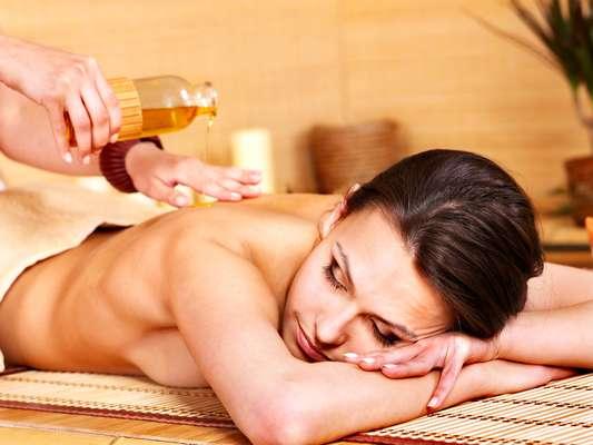 Massagem corporal feita com óleo de maracujá promete recuperar a beleza e a vivacidade do tecido cutâneo, além de aliviar os efeitos que o cansaço pode provocar no corpo
