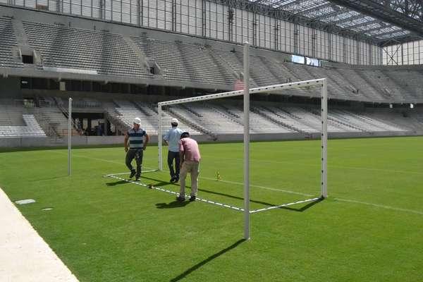 10 de março de 2014: Arena da Baixada entra em fase final de obras, com instalação de traves, demarcações no gramado e reformas de acabamento no estádio e no entorno