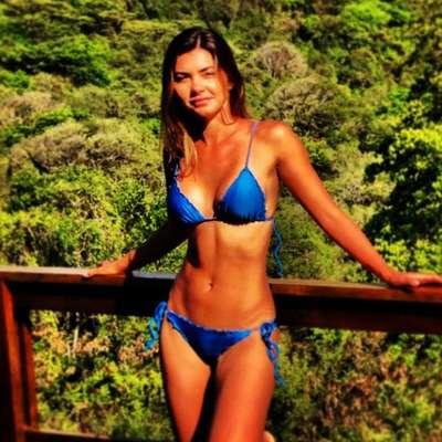 """Filha de Datena, Leticia Wiermann curtiu férias em Fernando de Noronha. No domingo (9), a repórter publicou uma foto da viagem no Instagram em que mostrou boa forma ao usar biquíni azul tipo cortininha e calcinha com lacinho na lateral. """"Noronha Time! Vou ficar com saudades :/ #paraíso"""", escreveu ela na legenda"""