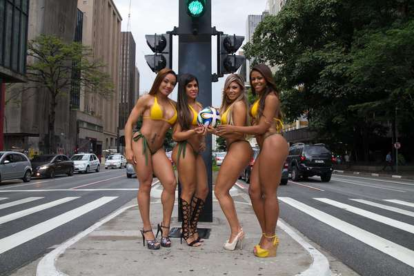 """Quatro belas mulheres caminharam de biquíni pela Avenida Paulista nesta terça-feira. Elas são candidatas do concurso """"Gata da Copa"""", e quem ganhar estrelará a capa de junho da revista Sexy"""
