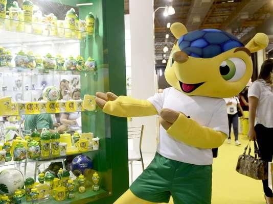 Boneco representando o mascote Fuleco é um dos destaques da 48ª Brazilian International Gift Fair, que expõe produtos inspirados na competição