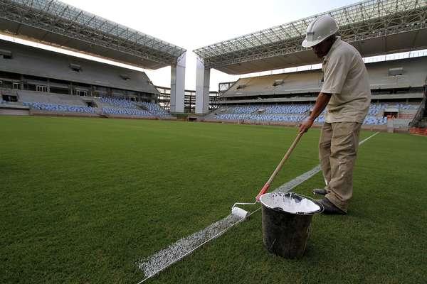 12 de março: em reta final de preparação, Arena Pantanal recebe demarcações no gramado que terá quatro jogos da Copa do Mundo