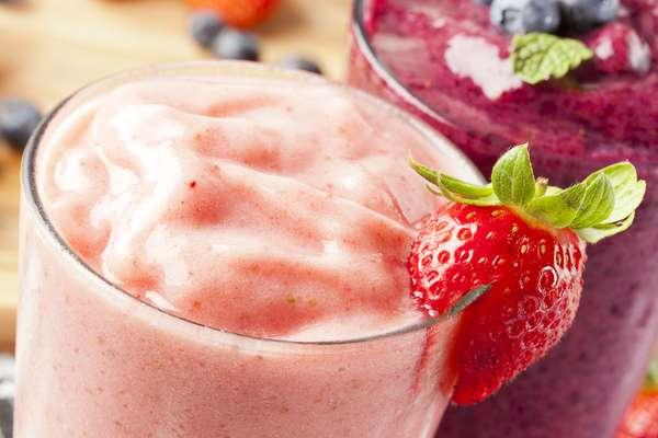 De origem californiana, os chamados smoothies costumam ser feitos com frutas, vegetais, iogurte e muito gelo